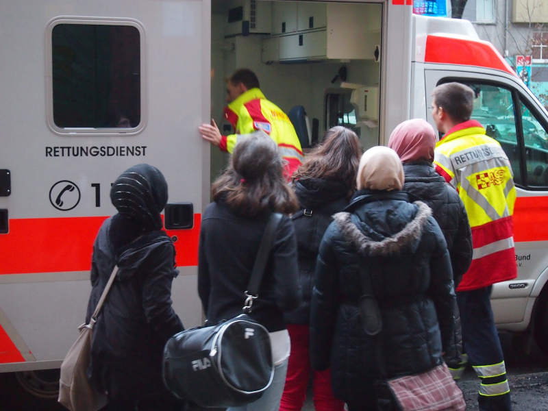 A group of young people with different cultural backgrounds takes a tour of an ambulance vehicle. (Photo: J. Grabowski / ASB Berlin)