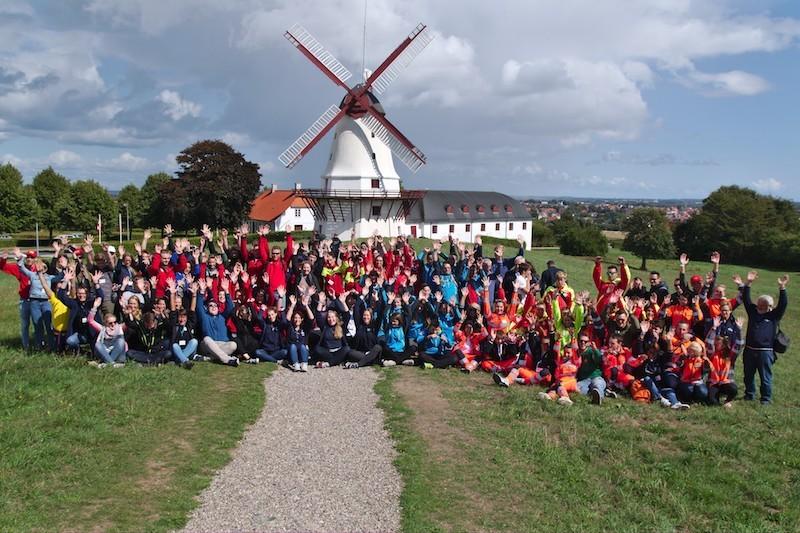 Alle Jugendlichen posieren gemeinsam für ein Gruppenfoto im Umland von Sønderborg, Dänemark..