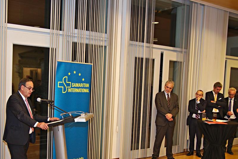 SAM.I.-Präsident Knut Fleckenstein begrüßt das Publikum, einschließlich Kommissar Stylianides, zur Veranstaltung