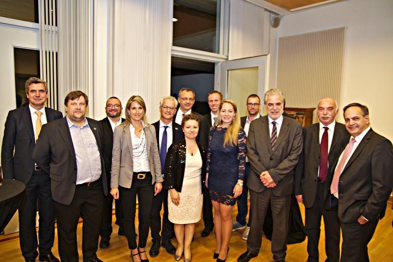 Eine Gruppe aus Vertretern der anwesenden Samariterorganisationen und anderen Teilnehmern am parlamentarischen Abend posieren für ein Gruppenfoto mit Kommissar Stylianides